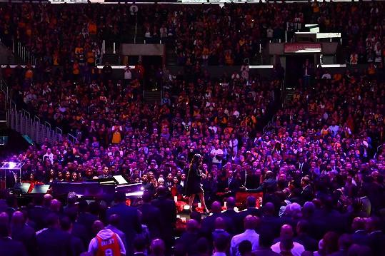 S Bryantem se přišly rozloučit tisíce fanoušků, další obřad sledovali v televizním přenosu.