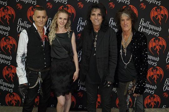 Kapela Hollywood Vampires s fanynkou, která za setkání zaplatila tisíc dolarů.
