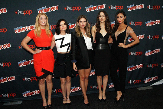 S kolegyněmi z Prolhaných krásek, zleva: Sasha Pieterse, Lucy Hale, Ashley Benson, Troian Bellisario a Shay Mitchell