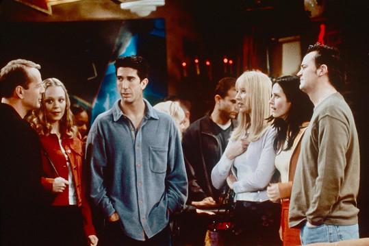 Ross (David Schwimmer) s přáteli a svou studentkou Elizabeth (Alexandra Holden, druhá zleva). Její otce si zahrál Bruce Willis.