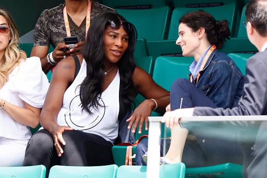 Těhotná tenistka si zápasy užívá jako fanynka.