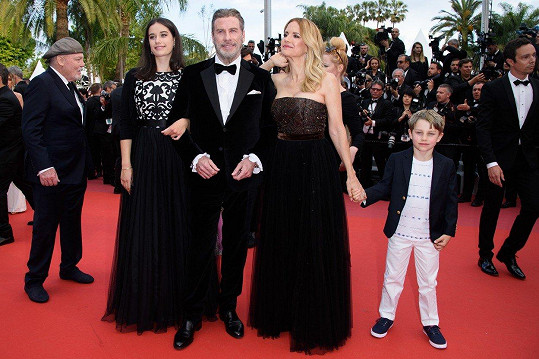 John Travolta s dcerou Ellou Bleu (vlevo), manželkou Kelly (vpravo) a synem Benjaminem.