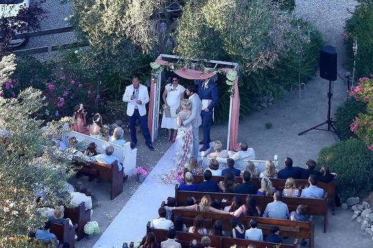 Jennie Garth s Davidem Abramsem a svatebčany na ranči v Kalifornii