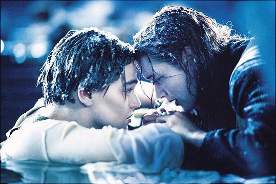 Notoricky známá scéna nenechává fanoušky Titaniku dodnes chladnými.