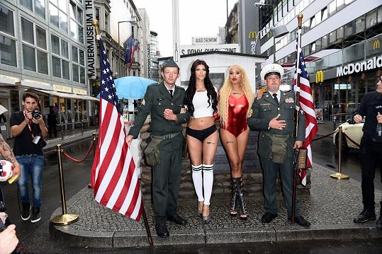 Tentokrát se předváděla na Checkpoint Charlie v Berlíně.