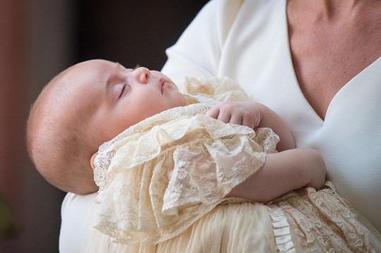 Princ byl oděn do tradičních krajkových šatů. Tyto jsou již replikou původních, které nechala královna Victorie v roce 1841 ušít pro svou nejstarší dceru.