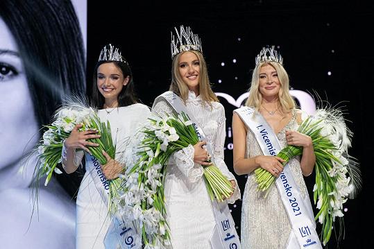 Miss Slovensko 2021 se stala Sophia Hrivňáková (uprostřed). 1. vicemiss je Sylvia Šulíková (vpravo) a 2. vicemiss se stala Jana Vozárová