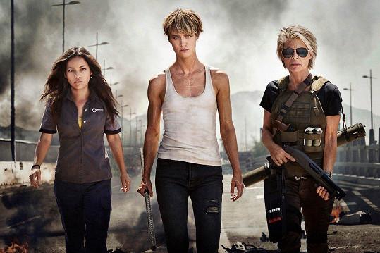 Linda Hamilton natáčí Terminátora 6. Na snímku s Natalií Reyes (vlevo) a Mackenzie Davis