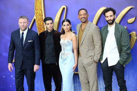 Guy Ritchie a herci z Aladina Mena Massoud, Naomi Scott, Will Smith a Marwan Kenzari (zleva)