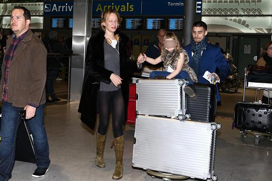 Thurman na letišti s dcerou Lunou