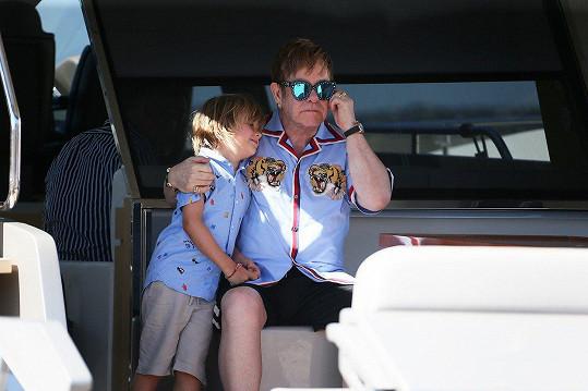 Zdá se, že Elton s Davidem se snaží být mladíkům příkladnými rodiči.