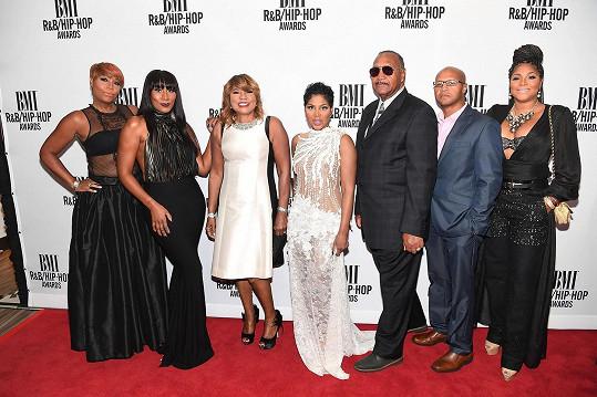 Zpěvačka se o svůj úspěch podělila s rodinou. Zleva: Traci Braxton, Towanda Braxton, Evelyn Braxton, Toni Braxton, Michael Braxton Sr., Michael Braxton Jr, a Trina Braxton.