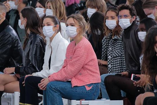 Lily-Rose Depp zaujala na přehlídce Chanel místo v první řadě.