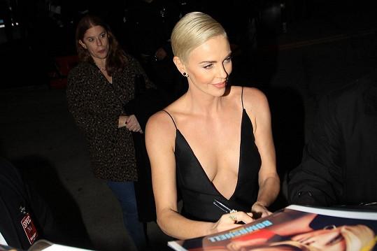 I při podpisech udržela herečka výstřih tam, kde měl být.