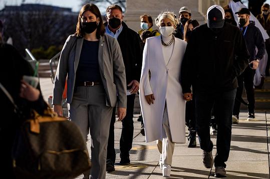 Oblékl ji francouzský módní dům Givenchy.