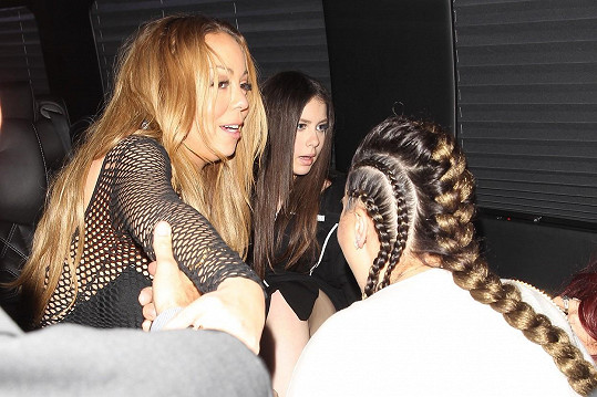 Mariah v tuto chvíli o pozornost fanynek zřejmě moc nestála...