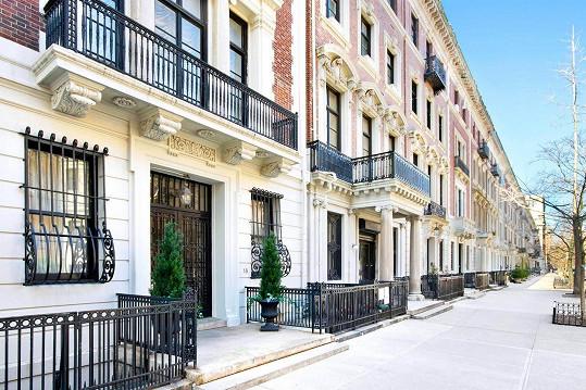 Nachází se v neo-georgiánské budově v rezidenční čtvrti Upper West Side.