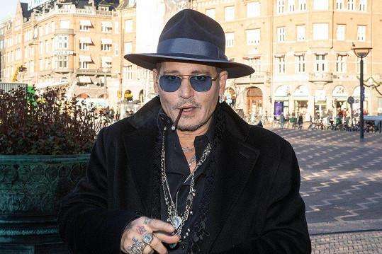 Johnny Depp si už rok žije jako starý mládenec.