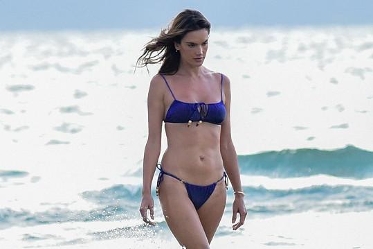 "Alessandra Ambrosio se ani v ""důchodu"" nenudí."