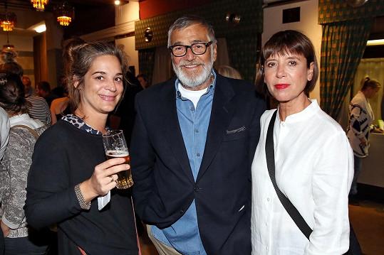 Jiří Bartoška s dcerou a manželkou na premiéře filmu Rodinné štěstí