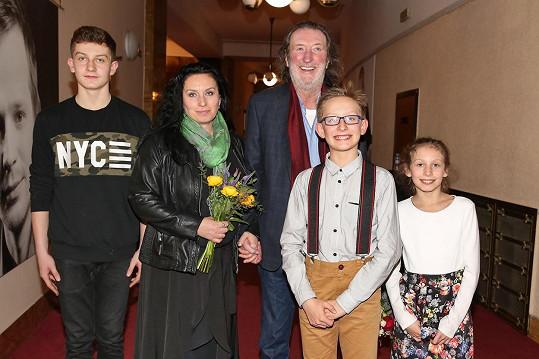 Bolek Polívka, partnerka Marcela a jejich děti Jan, František a Mariana
