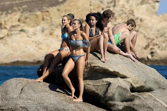 Joanna Krupa si s přáteli užívá Egejského moře.