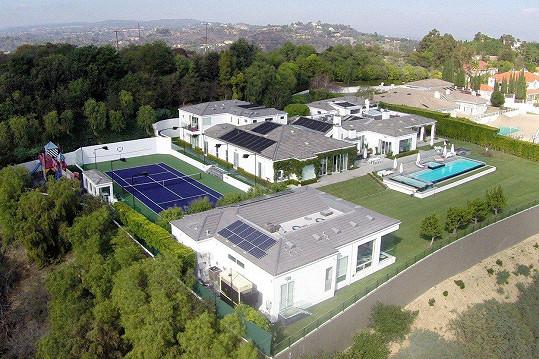 Tohle je její rozlehlé sídlo v Beverly Hills, které nakonec prodala za 576 miliónů.