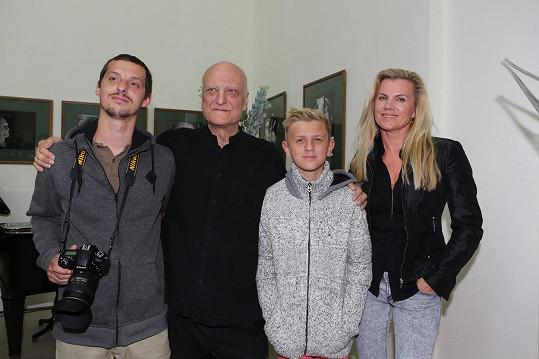 Bořka Šípka doprovodila na výstavu rodina: Synové Dalibor, Artur a bývalá partnerka Leona Machálková