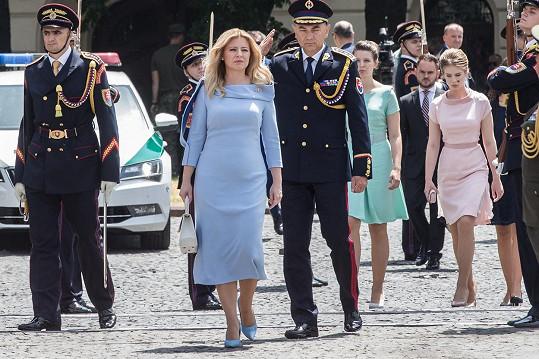 Boris Hanečka obléká Zuzanu Čauputovou.