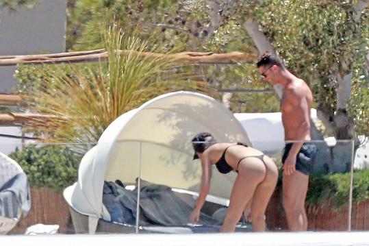 Cristiano Ronaldo si s přítelkyní užívá na Ibize.