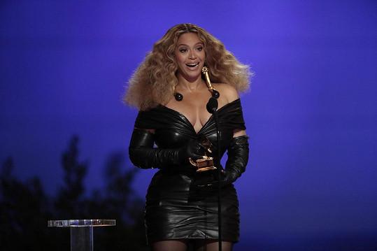 Královnou Grammy 2021 byla bezpochyby Beyoncé. V sexy outfitu značky Schiaparelli vystavila na odiv své přednosti.
