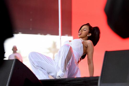 Těhotná zpěvačka předvedla nečekanou show.