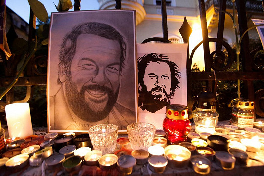 Takhle na herce vzpomínají maďarští fanoušci před italskou ambasádou v Budapešti.