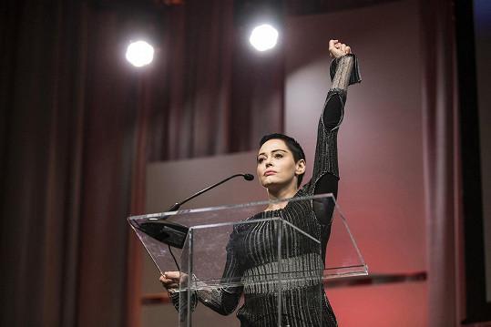 Byla jednou z prvních celebrit, které obvinily producenta Weinsteina ze sexuálních zločinů.