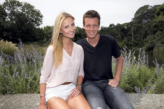 Na Australian Open letos oznámili, že se zasnoubili. Svatba se konala o sedm měsíců později.