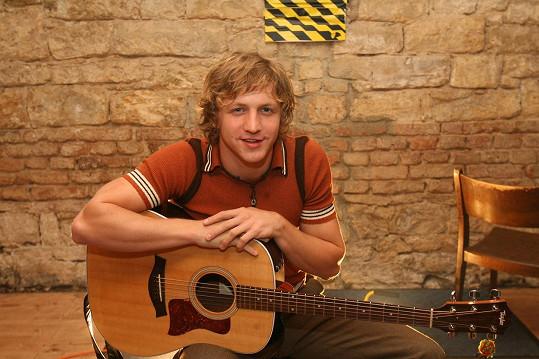 V roce 2008 byl Tomáš Klus ještě mladíček.