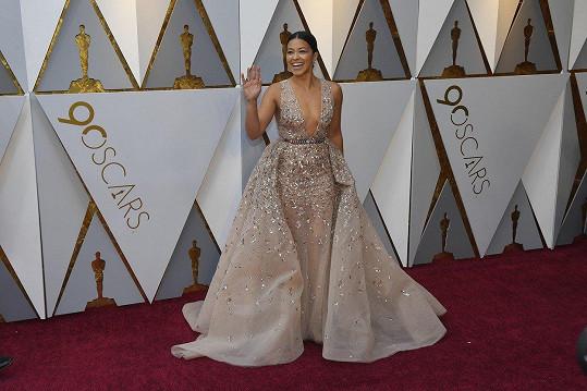 Gina Rodriguez dobře ví, že na rudý koberec haute couture neodmyslitelně patří. Tato skvostná róba z jemně transparentního hedvábí od Zuhaira Murada bere dech.