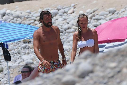 Fotbalista Andrea Pirlo se kvůli sličné Valentině rozvedl.
