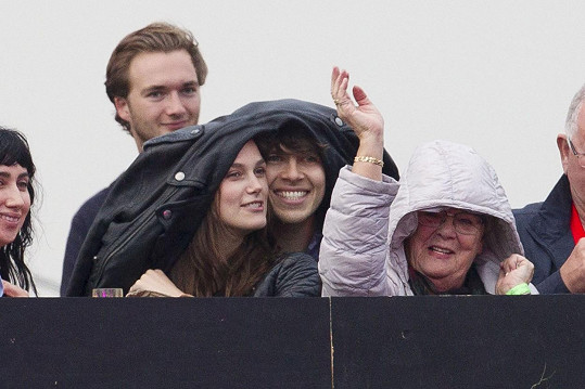 Keira Knightley a James Righton na koncertě kapely Blur