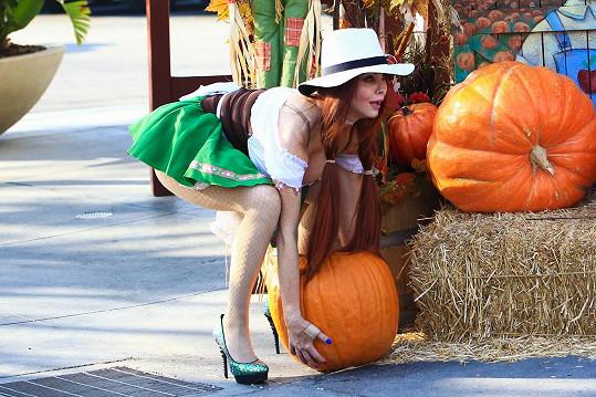 Phoebe Price prodává dýně na Halloween.