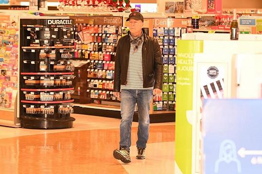 Bruce Willis vyrazil do lékárny bez roušky.