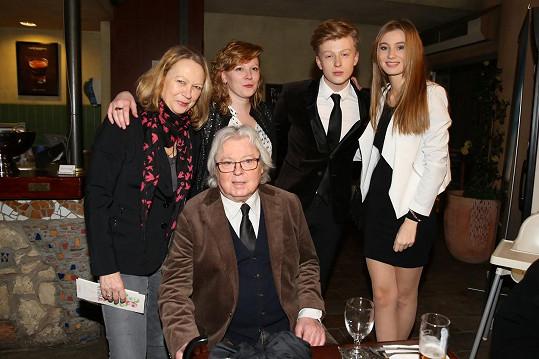 Adam Mišík s (zleva) maminkou, sestrou, přítelkyní a tatínkem. Rodinka Adama doprovodila na film Muzikál aneb Cesty ke štěstí.
