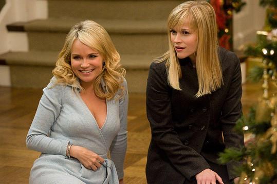 Kristin Chenoweth a Reese Witherspoon ve filmu Čtvery Vánoce