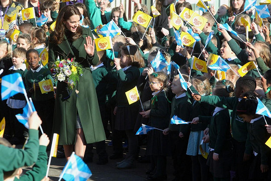 Princeznu Kate vždy nadšeně vítají hlavně děti.