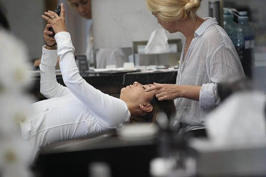 Nedokázala ho odložit ani v momentě, kdy jí kosmetička nanesla vosk na obličej...
