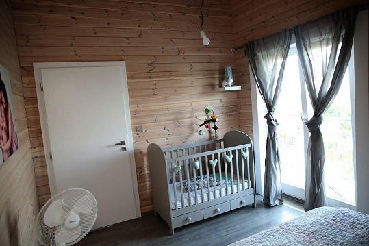 V ložnici je připravena postýlka pro druhé dítko, které brzy přibyde.