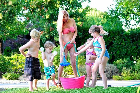 Čtyři děti Tori Spelling se brzy dočkají sourozence.