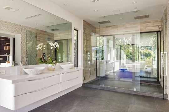 Kochat se majitelé mohou i z koupelny.