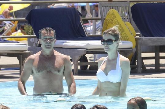 Následující dopoledne už si užíval spolu s Nicole u hotelového bazénu.