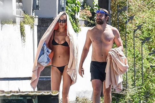 Irina Shayk a Bradley Cooper, který si svou krásku musí hlídat.